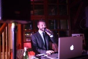 Foto von DJ Philipp Ott aus Hannover am Pult und mit dem Mikrofon