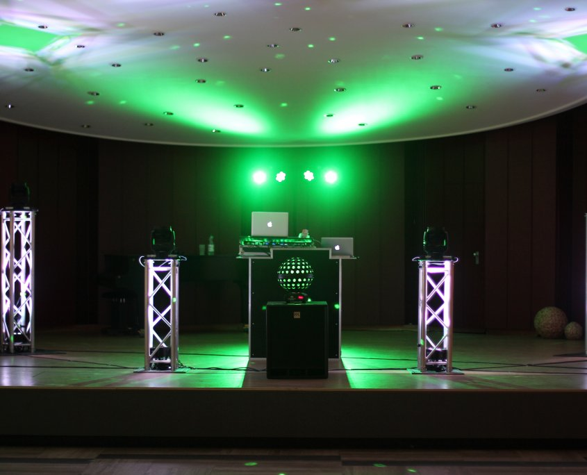 Foto vom DJ mit vier Trussäulen