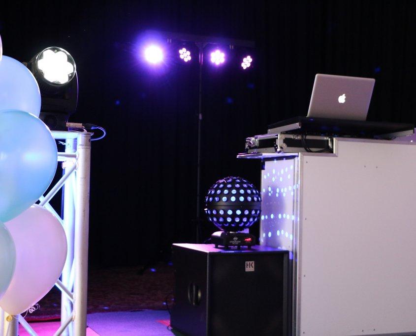 Foto vom DJ Pult mit Luftballons auf einer Feier