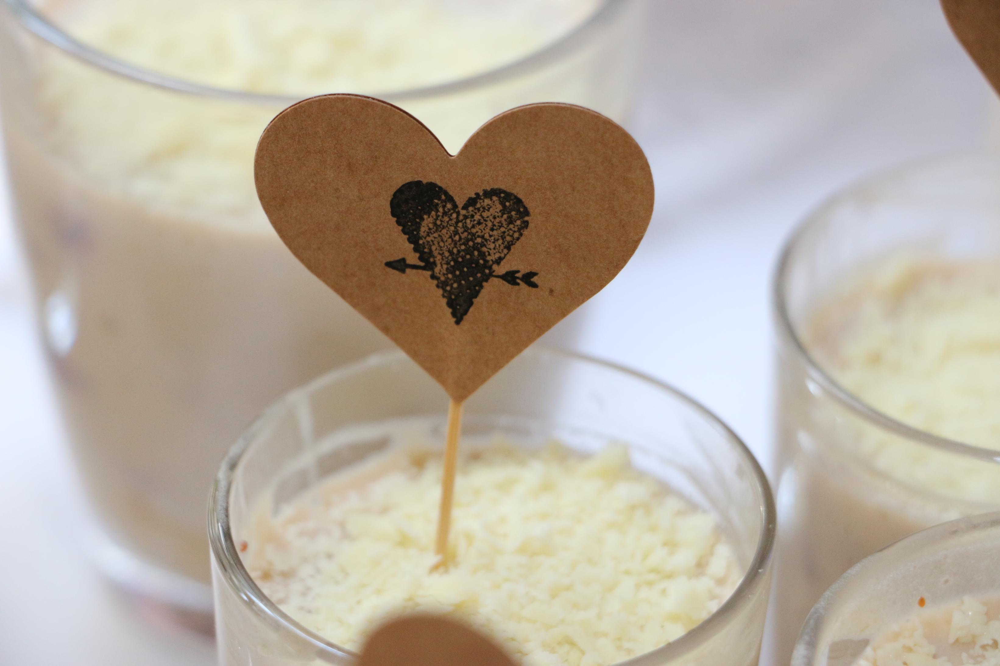 Foto von Herz-Karte in Dessert auf Hochzeitsfeier