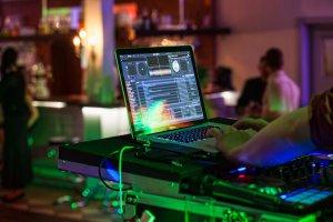 Foto vom DJ Laptop mit DJ